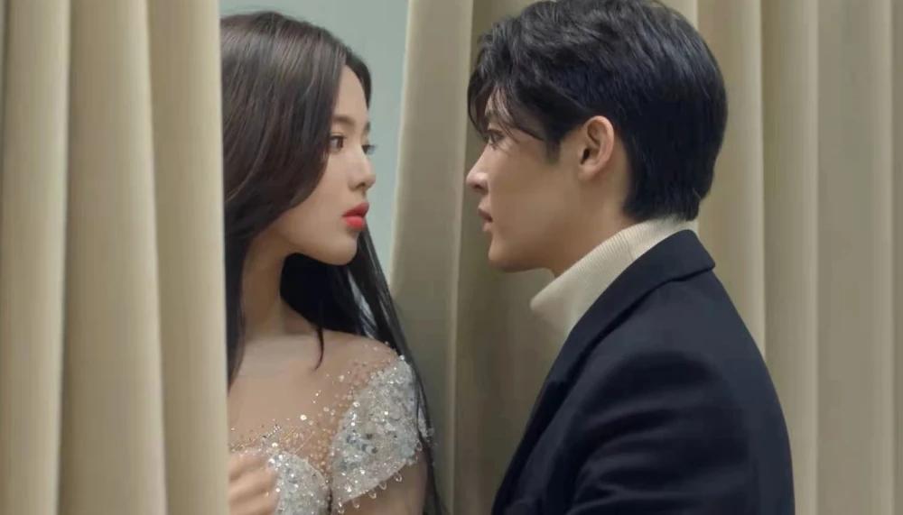 杨超越侯明昊公费谈恋爱?拍吻戏时,导演组的表情过于真实