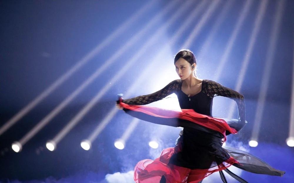 《浪姐2》公演背后:那英练舞练到哭,阿兰也崩溃,这届姐姐够拼