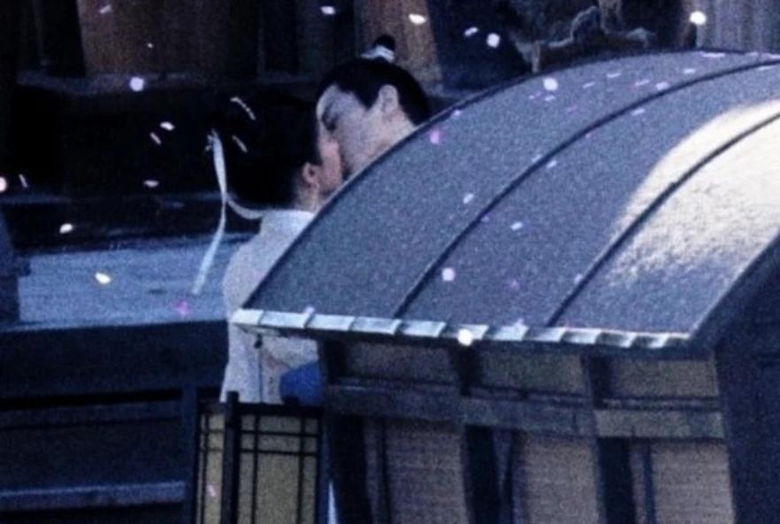 开拍首日就有吻戏!陈晓刘亦菲在船头热吻,CP感满满