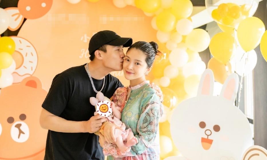王灿晒照庆祝女儿满月,皮肤光滑状态佳,曾在产后两天内瘦13斤